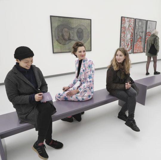 Blick in die Birgit-Jürgenssen-Ausstellung in der Kunsthalle Tübingen. Foto: Anne Faden
