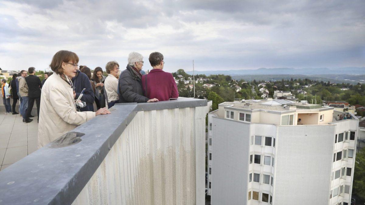 Besucher bei der Eröffnung des AUSSER-HAUS-Projektes BETTINA POUSTTCHI. BLOCK. Foto (Detail): Anne Faden