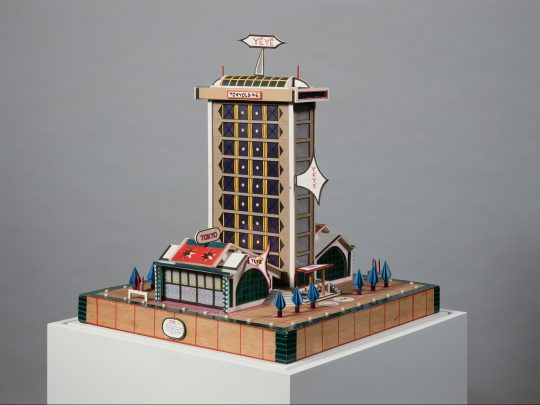 Bodys Isek Kingelez Tokyo yéyé, 1993 Papier, Karton, Plastik, verschiedene weitere Materialien, 54 x 50 x 50 cm Collection Lucien Bilinelli, Bruxelles / Milan
