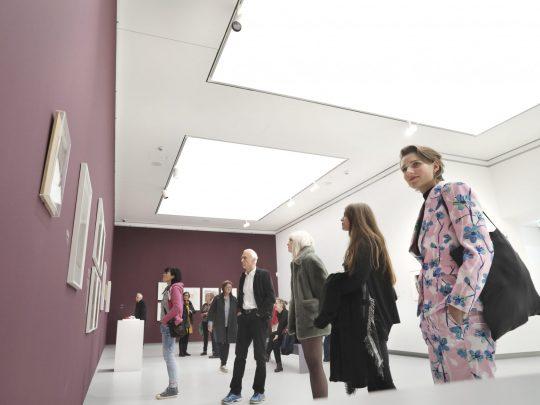 Besucherinnen und Besucher in der Kunsthalle Tübingen. Foto: Anne Faden
