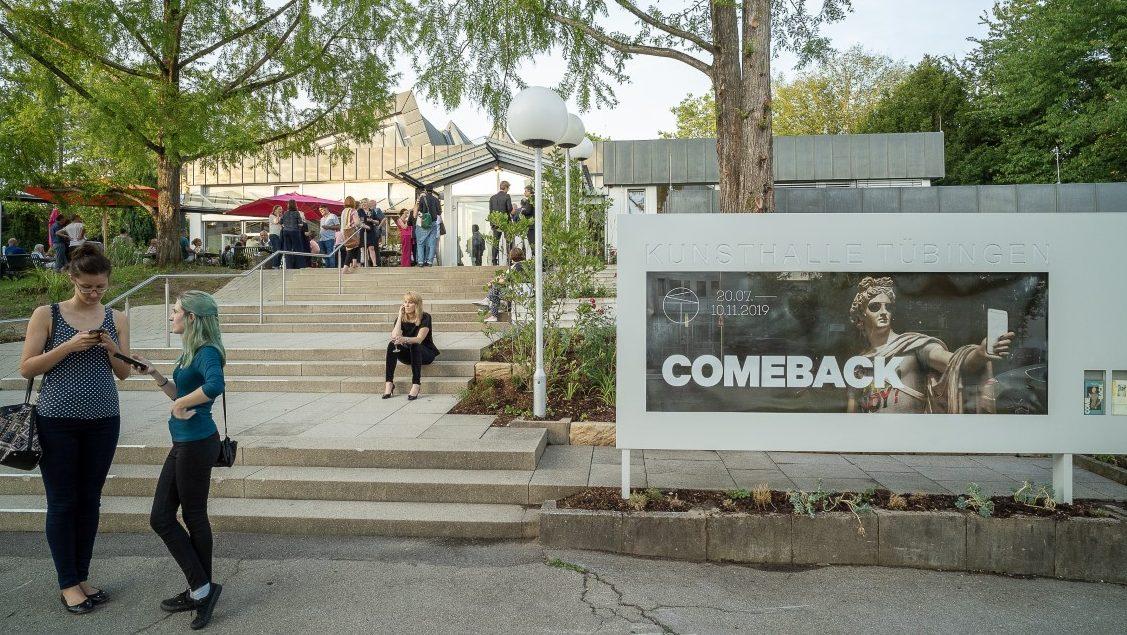 Besucher in der Ausstellung COMEBACK. KUNSTHISTORISCHE RENAISSANCEN. Foto: Ulrich Metz