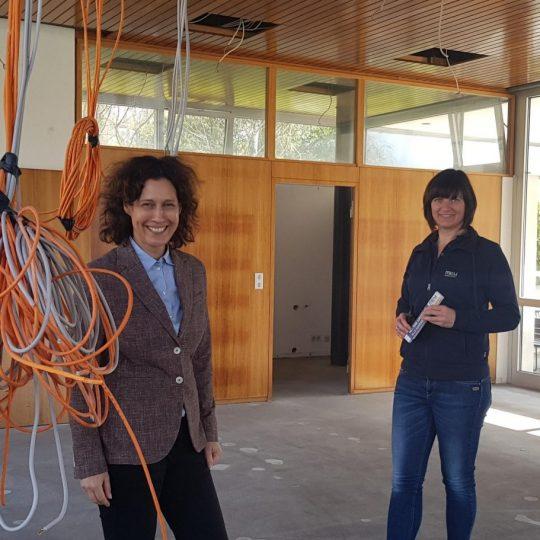 Kunsthallen-Direktorin Nicole Fritz und Edith Erkenbrecher im Stiftungsgebäude bei der Kunsthalle Tübingen. Foto: Kunsthalle Tübingen
