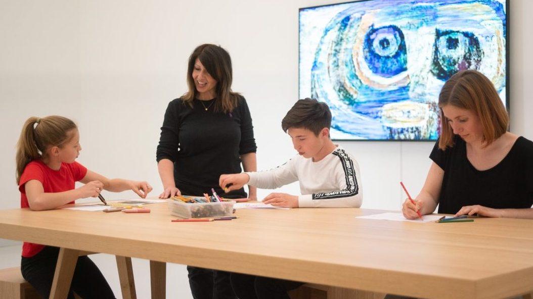 Eine Familie besucht die Installation von Lunar Ring in der Kunsthalle Tübingen. Foto: Ulrich Metz