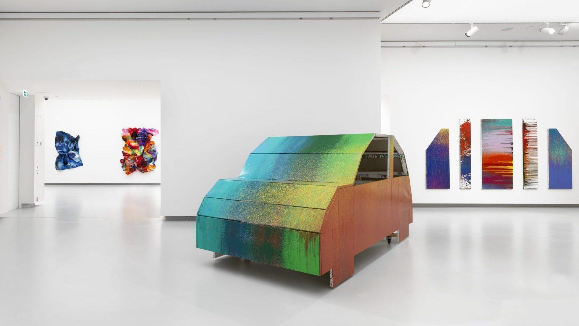 Blick in die Ausstellung DANIEL KNORR. WE MAKE IT HAPPEN in der Kunsthalle Tübingen. Foto: Bernd Borchardt. Für die Werke Daniel Knorrs gilt: © VG Bild-Kunst, Bonn 2020