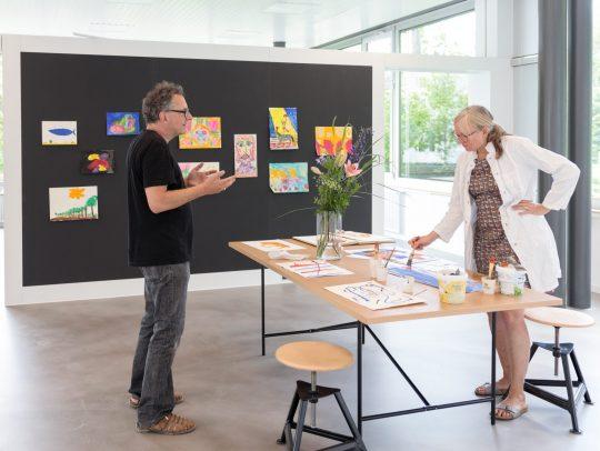 Jürgen Klugmann und Teilnehmerin eines Workshops im Kunst-Atelier der Kunsthalle Tübingen. Foto: Wynrich Zlomke