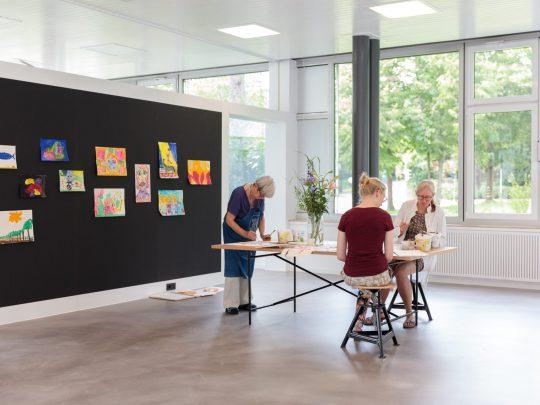 Teilnehmerinnen an einem Workshop der Kunsthalle im Kunstatelier der Kunsthalle Tübingen. Foto: Wynrich Zlomke