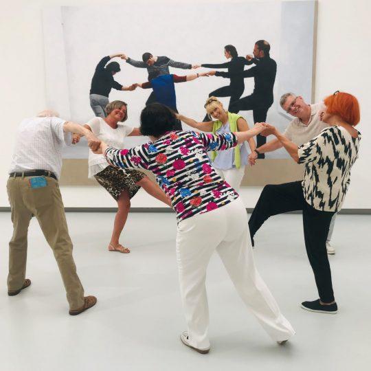 Besucherinnen und Besucher in der Kunsthalle Tübingen stellen ein Tableau Vivant. Foto: Familie Kosmützky
