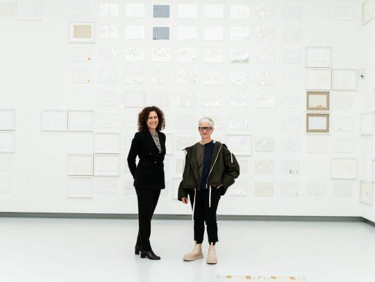 Nicole Fritz und Karin Sander in der Kunsthalle Tübingen. Für die Werke von Karin Sander gilt: © Studio Karin Sander, VG Bild-Kunst, Bonn 2021, Foto: BFG Media Group