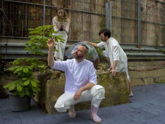 Künstler*innengruppe GOLDSTAUB bei den Dreharbeiten zum Film Tränen der Daphne. Foto: Jeffry Döring