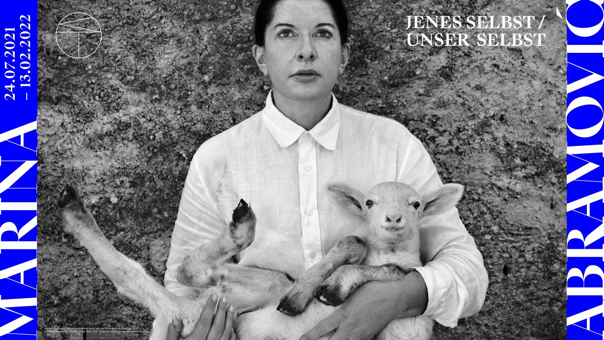 Marina Abramović  Portrait with White Lamb Aus der Serie Back to Simplicity Farbpigmentdruck 2010 © Marina Abramović, VG Bild-Kunst, Bonn 2021 Courtesy of the Marina Abramović Archives