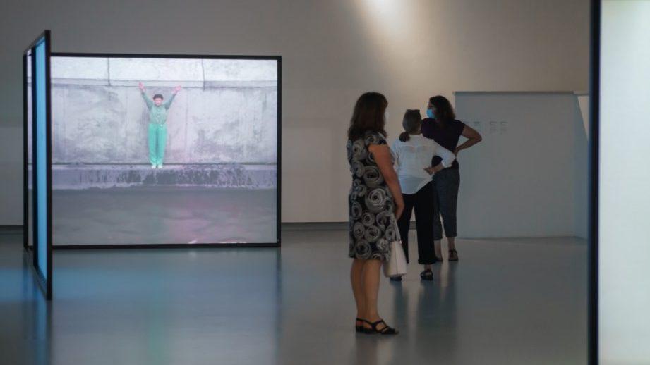 Blick in die Marina Abramović-Ausstellung der Kunsthalle Tübingen. Für die Werke von Marina Abramović gilt: © Marina Abramović, VG Bild-Kunst, Bonn 2021 Courtesy of the Marina Abramović Archives